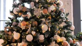 Decorazioni di Natale sull'albero di Natale e regali sul pavimento video d archivio