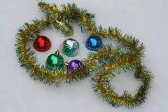 Decorazioni di Natale sulla neve Immagini Stock Libere da Diritti