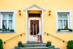 Decorazioni di Natale sulla porta e sulle finestre fotografie stock