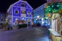Decorazioni di Natale in vie Ortisei alla notte Italia Fotografia Stock