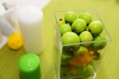 Decorazioni di nozze Bella regolazione della tavola di festa con le mele Immagine Stock Libera da Diritti