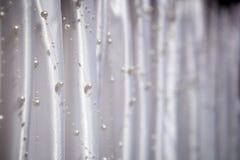 Decorazioni di nozze - imperli le perle su un fondo di raso bianco Immagine Stock