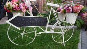 Decorazioni di nozze nello stile rustico Cerimonia dell'uscita nozze in natura Fotografia Stock Libera da Diritti
