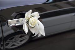 Decorazioni di nozze - rosa di bianco con un nastro Immagine Stock Libera da Diritti