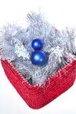 Decorazioni di nuovo anno sulla casella rossa immagini stock libere da diritti