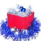 Decorazioni di nuovo anno sulla casella rossa immagini stock