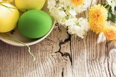 Decorazioni di Pasqua con i fiori Fotografie Stock Libere da Diritti