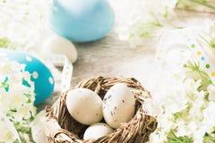 Decorazioni di Pasqua con i fiori Immagini Stock