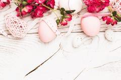 Decorazioni di Pasqua con i fiori Fotografia Stock Libera da Diritti