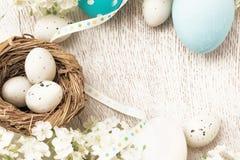 Decorazioni di Pasqua con i fiori Immagine Stock