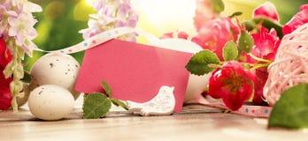 Decorazioni di Pasqua con i fiori al sole Fotografia Stock Libera da Diritti