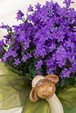 Decorazioni di Pasqua con i fiori porpora, chiffon e divertente verdi Immagine Stock Libera da Diritti