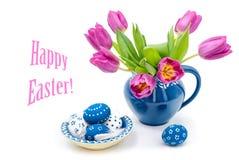 Decorazioni di Pasqua con i tulipani e le uova dipinte Immagini Stock Libere da Diritti