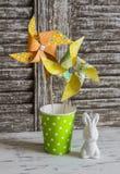 Decorazioni di Pasqua - girandole di carta casalinghe e coniglietto di pasqua ceramico Immagini Stock Libere da Diritti