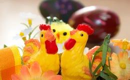 Decorazioni di Pasqua - pollo delle galline ed uovo dipinto Immagine Stock Libera da Diritti