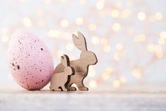 Decorazioni di Pasqua su un bello fondo Cartolina d'auguri Fotografie Stock Libere da Diritti