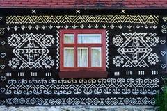 Decorazioni dipinte sulla parete della casa di ceppo in Cicmany, Slovacchia Immagine Stock Libera da Diritti