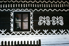 Decorazioni dipinte sulla parete della casa di ceppo in Cicmany, Slovacchia Fotografie Stock Libere da Diritti
