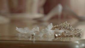 Decorazioni e la giarrettiera della sposa alla tavola stock footage
