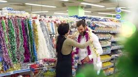 Decorazioni e regali d'acquisto di Natale delle coppie amorose felici per il Natale stock footage