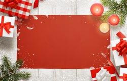 Decorazioni e regali di Natale sulla tavola Fondo con spazio libero per testo Immagine Stock