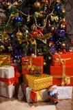 Decorazioni e regali sull'albero di Natale Fotografia Stock