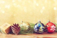 Decorazioni ed abete di Natale su un bordo di legno Vista superiore stile filtrato del instagram di immagine Fotografia Stock Libera da Diritti