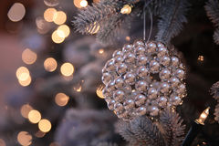 Decorazioni ed indicatori luminosi di natale sull'albero di nuovo anno Immagini Stock Libere da Diritti