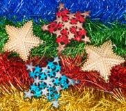 Decorazioni ed ornamenti di Natale su fondo variopinto Immagine Stock