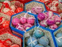 Decorazioni fatte a mano al mercato per il mese di Natale Immagine Stock