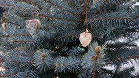 Decorazioni fatte a mano dell'albero di Natale stock footage