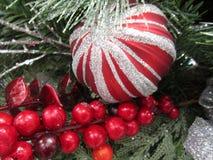 Decorazioni festive di Natale luminoso e variopinto per la stagione Immagini Stock Libere da Diritti