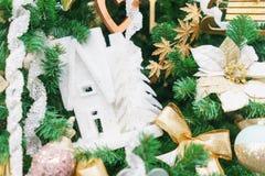 Decorazioni festive luminose che celebrano il Natale e nuovo anno immagini stock
