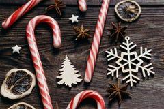 Decorazioni festive, spezie, bastoncini di zucchero, fine su fotografia stock