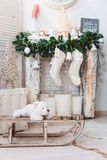 Decorazioni interne di Natale: albero di Natale nella stanza luminosa immagine stock libera da diritti