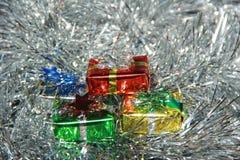 Decorazioni lanuginose dell'argento dei contenitori di regalo Fotografia Stock
