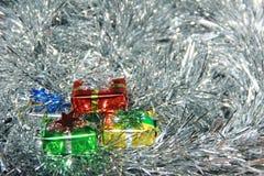 Decorazioni lanuginose dell'argento dei contenitori di regalo Fotografie Stock