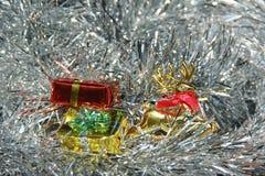 Decorazioni lanuginose dell'argento delle scatole di regalo e dei cervi Fotografie Stock