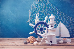 Decorazioni marine di stile di vita sulla tavola di legno sopra il fondo blu di lerciume Fotografie Stock