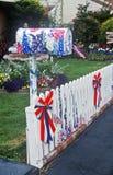 Decorazioni patriottiche sulla cassetta postale residenziale Immagini Stock Libere da Diritti