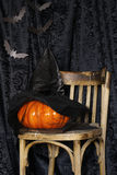Decorazioni per la festa di Halloween - vecchi sedia, pipistrelli di origami e zucca Fotografie Stock Libere da Diritti