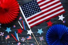 Decorazioni per le quarte del giorno di luglio di indipendenza americana, bandiera, candele, paglie Decorazioni di festa di U.S.A fotografia stock