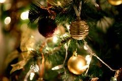 Decorazioni per un albero di Natale contro lo sfondo delle luci di una ghirlanda Fotografie Stock