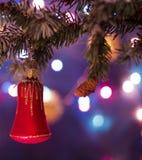 Decorazioni rosse del giocattolo della campana sui rami di albero Fotografie Stock Libere da Diritti