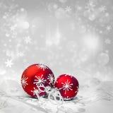 Decorazioni rosse di Natale sul fondo di inverno, spazio del testo Immagini Stock