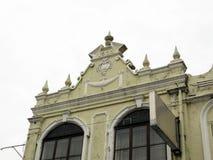 Decorazioni su una vecchia costruzione coloniale immagini stock libere da diritti