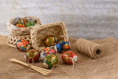 Decore coloriu testes padrões e pintura do ornamento em ovos para a Páscoa Fotografia de Stock Royalty Free