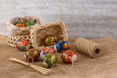 Decore färgade modeller och prydnadmålning på ägg för påsk Royaltyfri Fotografi