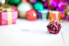 Decore o Natal no assoalho de madeira Fotografia de Stock Royalty Free
