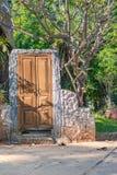 Decore a porta exterior no jardim imagens de stock